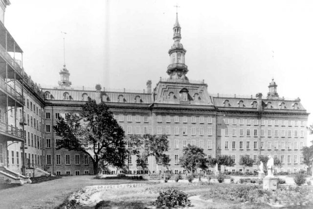 Le premier pavillon de l'Université Laval en 1899... (Photo Archives de la Ville de Québec)