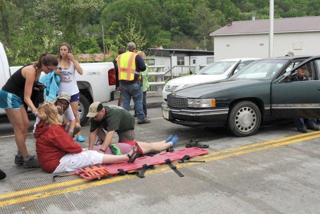 Les équipes d'urgence assistent une personne blessée par... (PHOTO EARL NEIKIRK, AP)
