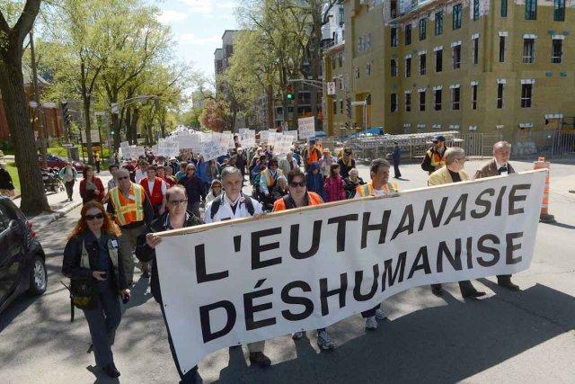 Des centaines de personnes ont marché contre l'euthanasie... (Photo Le Soleil, Patrice Laroche)