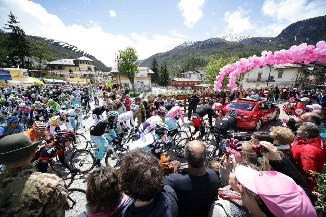 Dans cette étape italo-française réduite à 145 kilomètres... (Photo : Daniele Bottallo, AP)