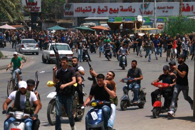Les affrontements opposent des hommes armés du quartier... (PHOTO OMAR IBRAHIM, REUTERS)