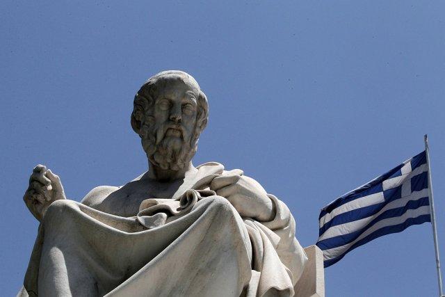 Un drapeau grec flotte près d'une statue du... (Photo: AP)