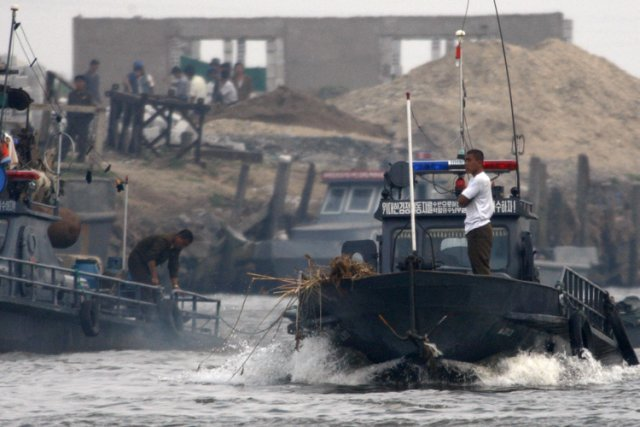 Un bateau-patrouille nord-coréen inspecte les côtes de la... (Photo: AP)