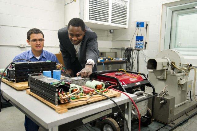 Le professeur Sousso Kelouwani (à droite) discute ici... (Photo: Sylvain Mayer)