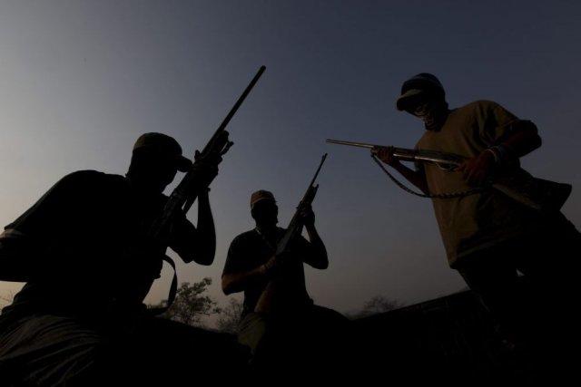 Des groupes d'hommes armés se présentant comme des... (PHOTO MARCO UGARTE, AP)
