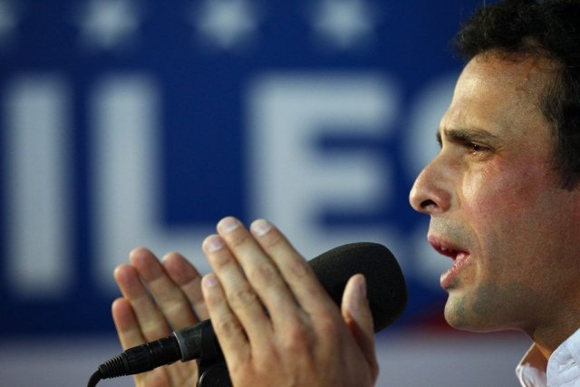 Le chef de l'opposition Henrique Capriles, lors d'une... (PHOTO CARLOS GARCIA RAWLINS, REUTERS)