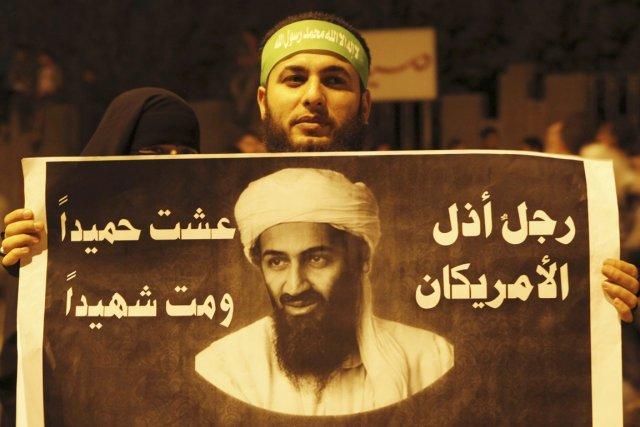 Un activiste islamiste brandit une pancarte à l'effigie... (PHOTO AMR ABDALLAH DALSH, REUTERS)