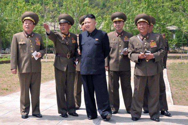 Kim Jong-Un et ses officiers inspectent une unité... (Photo: AFP)