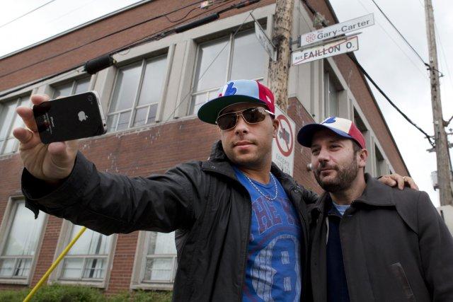 Deux partisans des Expos se sont pris en... (Photo Robert Skinner, La Presse)