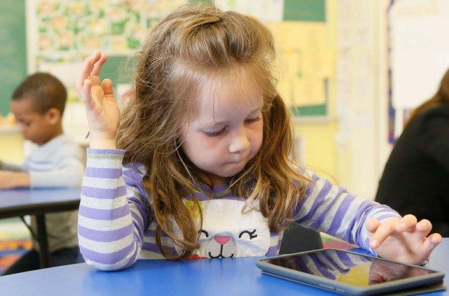 Madeline Hancey apprend avec sa tablette.... (Simon-Séguin Bertrand, LeDroit)
