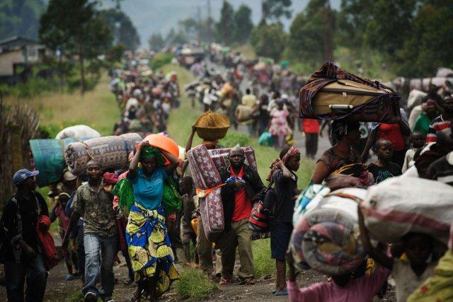Des réfugiés fuient leurs camps en raison des... (PHOTO PHIL MOORE, AFP)