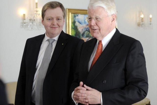 Sigmundur Gunnlaugsson, chef du parti du Progrès, et... (Photo Sigtryggur Johannsson, Reuters)