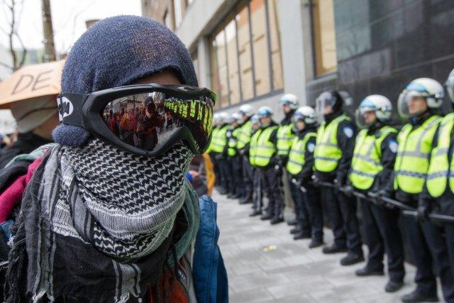 Un homme masqué défie le cordon de policiers... (Photo Edouard Plante-Fréchette, La Presse)
