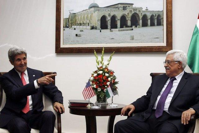 John Kerry et le président palestinien Mahmoud Abbas.... (Photo Jim Young, Reuters)