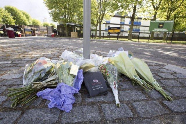 Des fleurs ont été déposées à l'endroit où... (Photo Justin Tallis, Agence France-Presse)