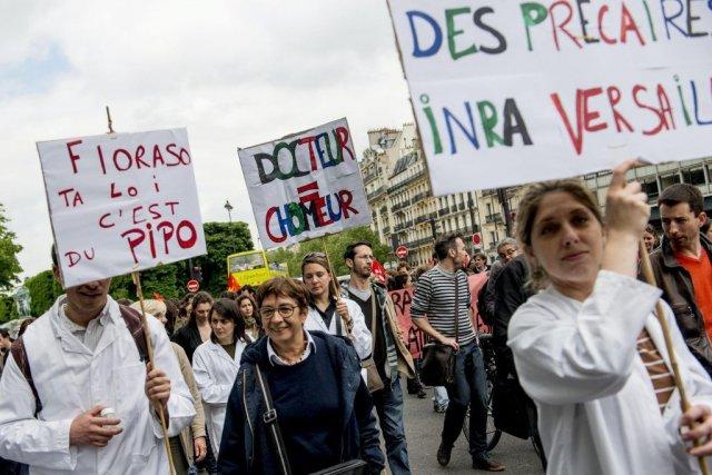 Des personnes ont manifesté contre la loi française... (Photo Benjamin Girette, Associated Press)