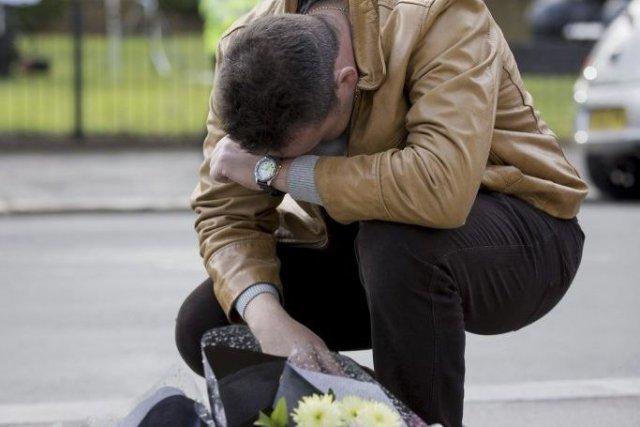 Un homme se recueille près du lieu où... (Photo Justin Tallis, Agence France-Presse)