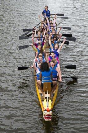 Une course de bateaux-dragons opposant 20 équipes composées...