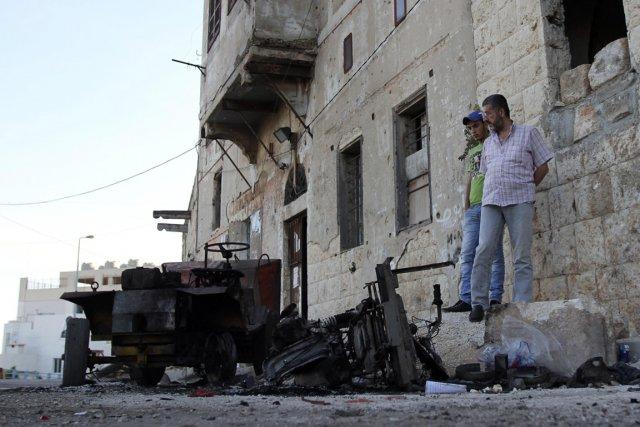 Des Libanais constatent l'ampleur des dégâts au lendemain... (PHOTO OMAR IBRAHIM, REUTERS)