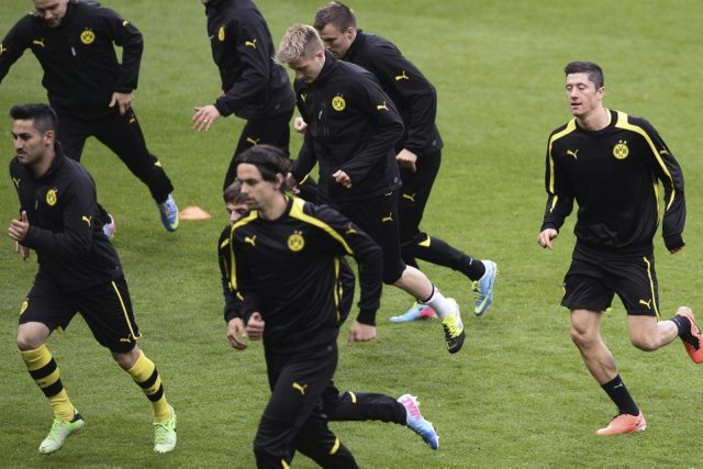 Les joueurs du Borussia Dortmund s'entraînent avant la... (Photo Adrian Dennis, Agence France Presse)