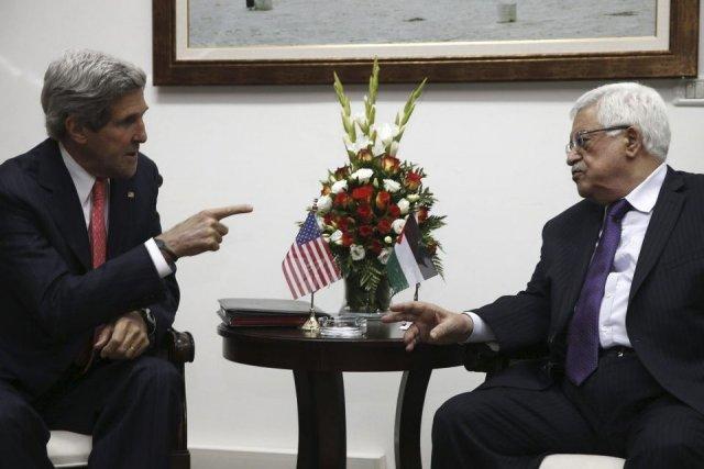 John Kerry et Mahmoud Abbas.... (Photo Jim Young, Agence France-Presse)