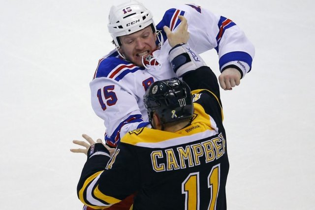 Derek Dorsett et Gregory Campbell... (Photo Brian Snyder, Reuters)