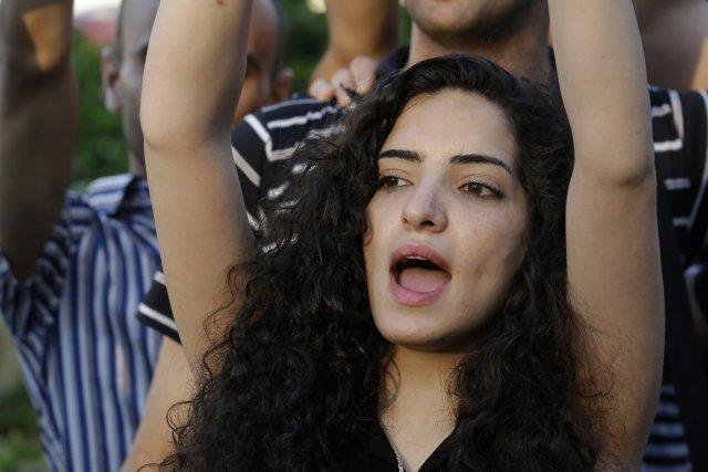 Une militante syrienne manifeste pour dénoncer l'implication du... (Photo Hussein Malla, Associated Press)