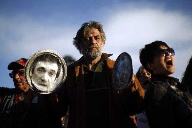 Des gens manifestent contre le gouvernement du premier... (Photo Francisco Seco, Associated Press)