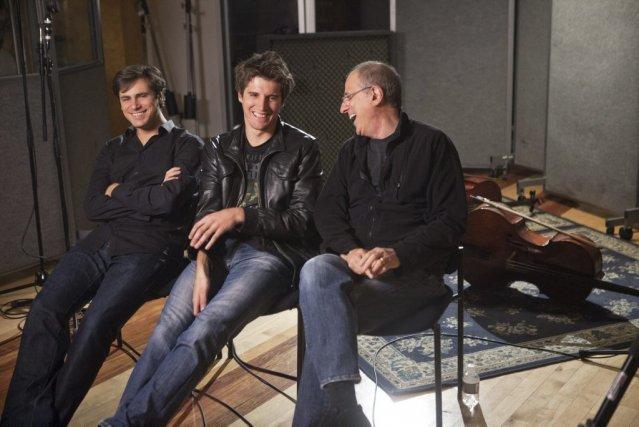 Le réalisateur Bob Ezrin avec les deux violoncellistes... (PHOTO FOURNIE PAR SONY MASTERWORKS)