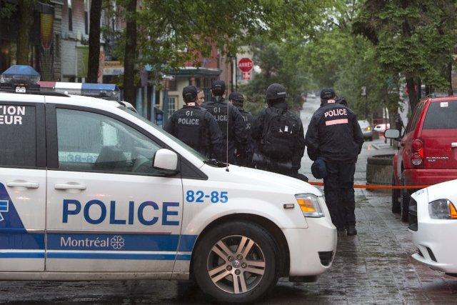 Opération policière à l'angle des rues Duluth et... (PHOTO ROBERT SKINNER, LA PRESSE)