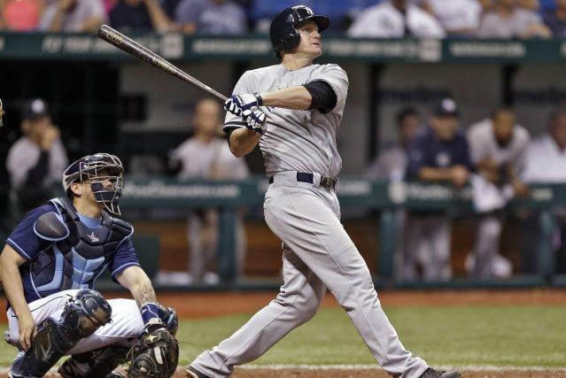 Lyle Overbay, des Yankees de New York, claque... (Photo Chris O'Meara, AP)