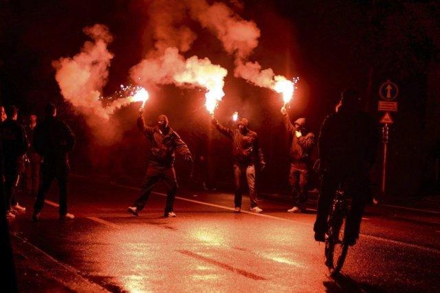 Des membres du mouvement «Black Block» avec des... (Photo FABRICE COFFRINI, AFP)