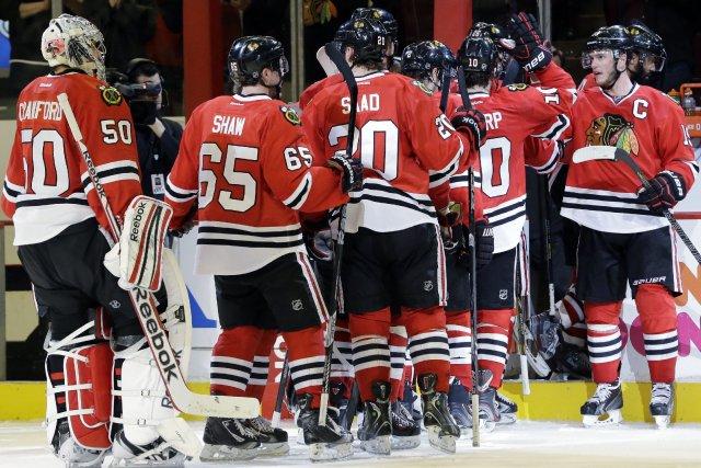 Les Blackhawks célèbrent leur victoire qui leur a... (Photo Nam Y. Huh, AP)