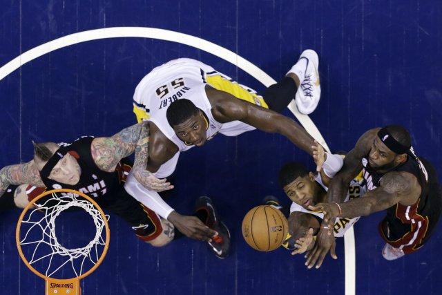 Le Heat de Miami, surpris par les Pacers de l'Indiana vendredi à domicile, leur... (Photo Michael Conroy, AP)
