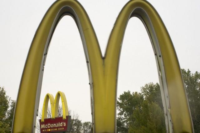 Deux bouteilles de propane situées à l'extérieur du McDonald's du boulevard de... (Photo archives AP)