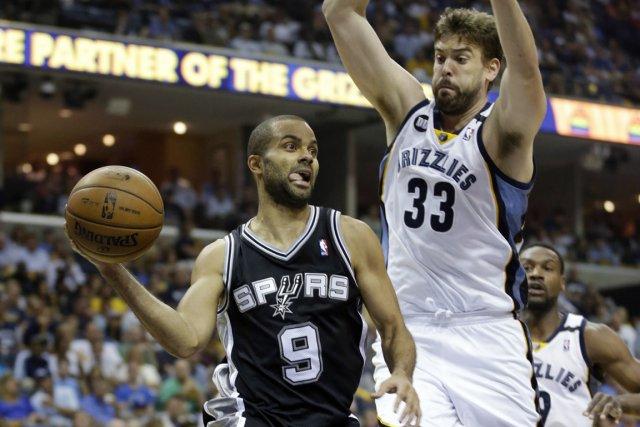 Tony Parker (à gauche) et les Spurs ont... (Photo Danny Johnston, AP)