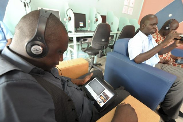 Le cybercafé équipé de tablettes a été inauguré... (PHOTO SEYLLOU, AFP)