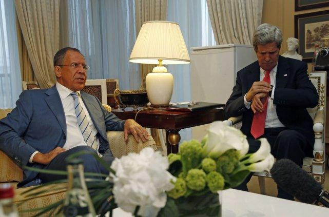 John Kerry et le ministre des Affaires étrangères... (JIM YOUNG)