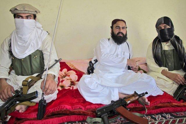 Wali-Ur Rahman (au centre) était identifié comme le... (PHOTO SAUD MEHSUD, ARCHIVES REUTERS)