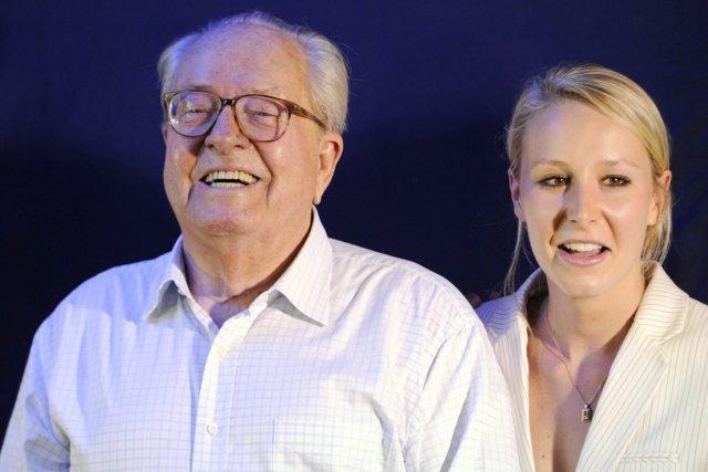 Marion Maréchla-Le Pen en compagnie de son grand-père... (PHOTO BORIS HORVAT, ARCHIVES AFP)