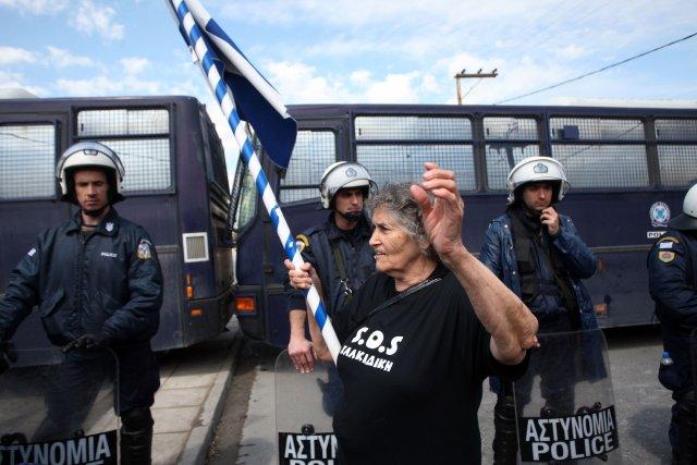 Des manifestants ont protesté, le 14 avril, contre... (PHOTO SAKIS MITROLIDIS, AFP)