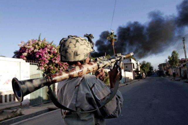 De la fumée émane des bureaux du CICR... (PHOTO RAHMAT GUL, AP)