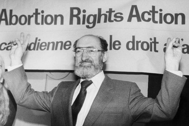 Henry Morgentaler célébrant l'adoption du «deuxième arrêt Morgentaler»,... (Archives PC)