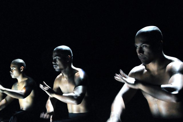Scène deBirds With Skymirrors, deLemi Ponifasio... (Photo fournie)