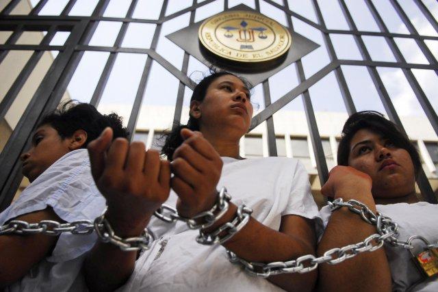 Des manifestantes se sont enchaînées aux grilles de... (PHOTO ULISES RODRIGUEZ, ARCHIVES REUTERS)