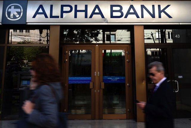 Une succursale de la banque Alpha à Athènes.... (PHOTO ARIS MESSINIS, AFP)