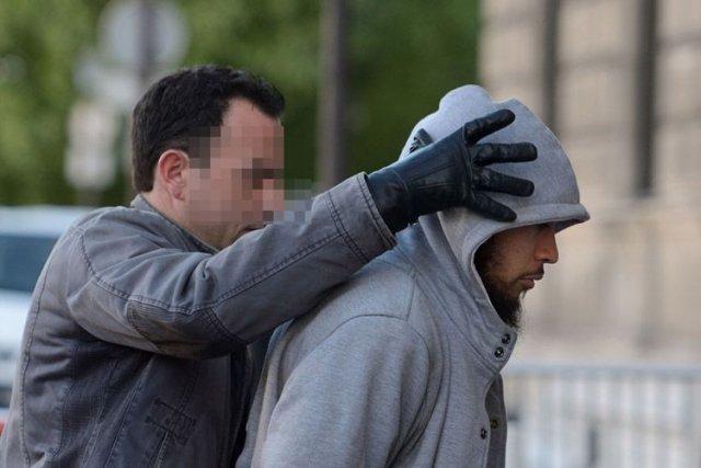 Le suspect, Alexandre Dhaussy, escorté dans un poste... (Photo AFP)