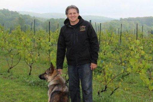 Michel Levac dans son vignoble à Oka.... (Photo fournie par l'auteur)