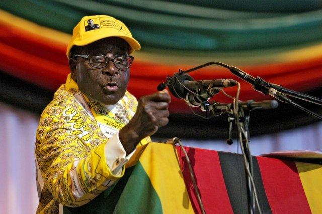 Le président zimbabwéen, Robert Mugabe.... (PHOTO JEKESAI NJIKIZANA, ARCHIVES AFP)