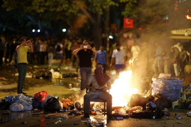 Dans plusieurs quartiers du centre d'Istanbul, de nombreux... (Photo Reuters)